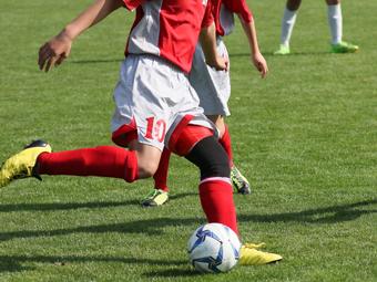 サッカーをしている青年